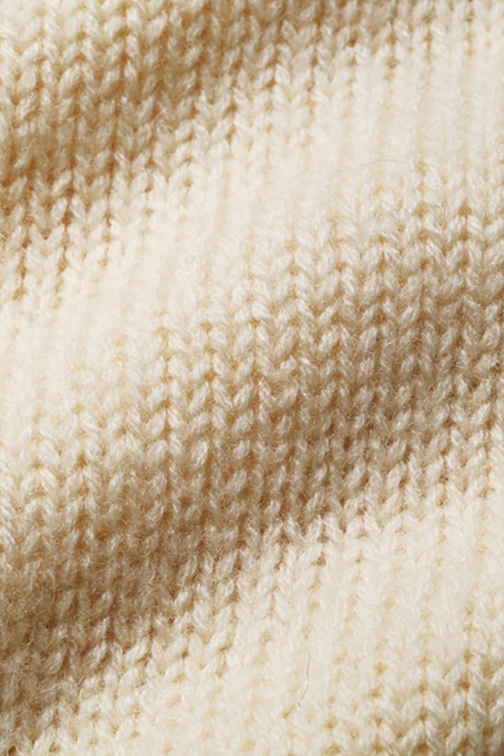 ナチュラル色の9ゲージ糸が軽い着心地を生む