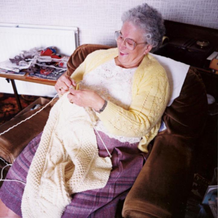 ニットを編むニッターの手編みによって、インバーアランをはじめとするスコットランドのフィッシャーマンズセーターは独特な雰囲気が生まれる
