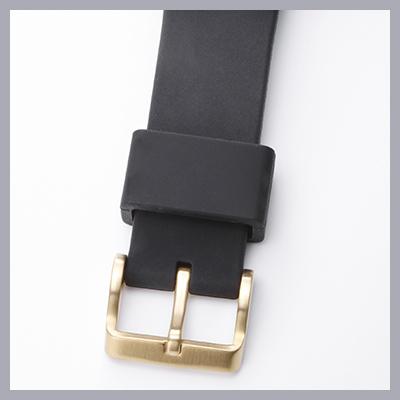 ストラップは高級スポーツウォッチに用いられる上質なシリコン製。表面はピーチスキンのように若干起毛しており、肌触りがとてもよい。もちろんしなやかで、手首の細い人にもジャストフィットする。ちなみにこのモデル(SBEP005)の場合、バックルはプッシュボタンと同じゴールドカラー。