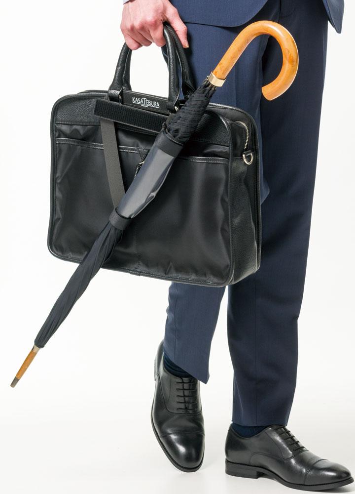 バッグと一緒に傘が収まり片手でスマホ操作が簡単