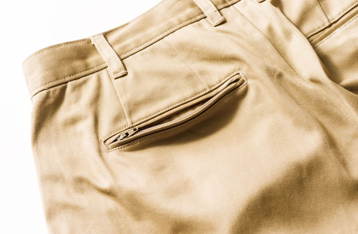 左の尻ポケットは両玉縁&ジップ付き