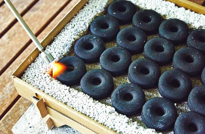クラフトグリルの中にある丸い炭に火をつけてセット