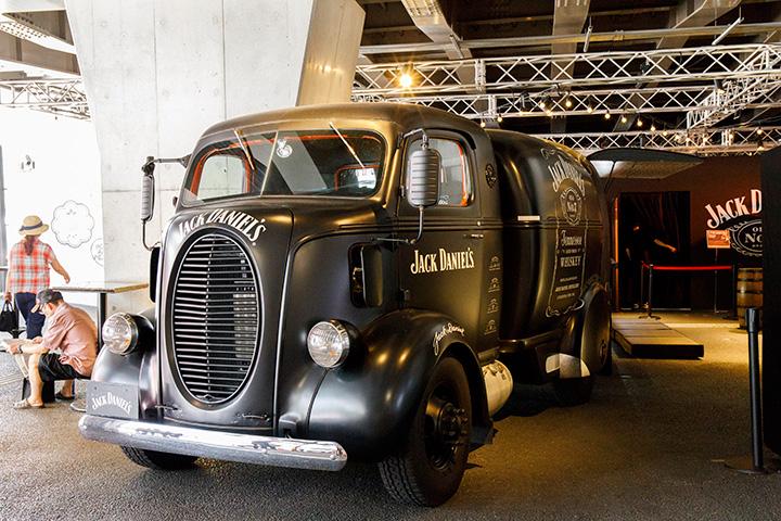 旧い1939年式のフォード車を使った「JACK BAR」