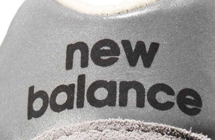 かかとロゴの「new balance」もオリジナルの996と一緒