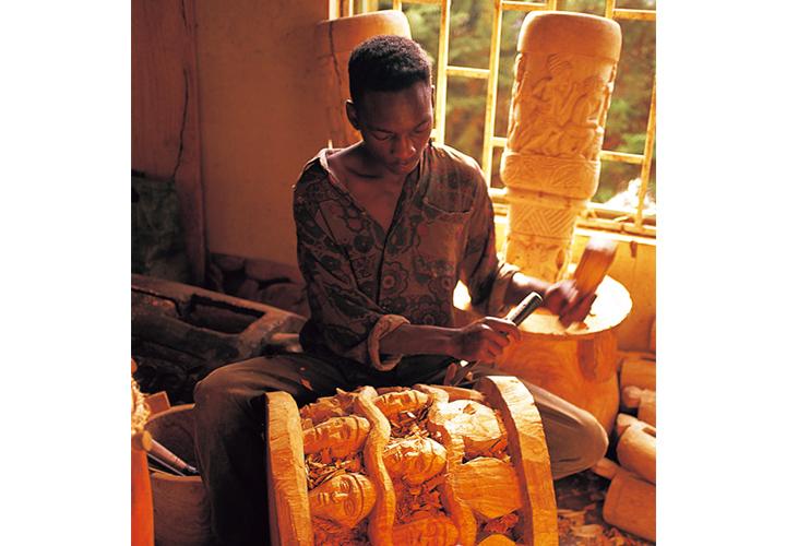 バミレケ族のウッドスツール制作画像