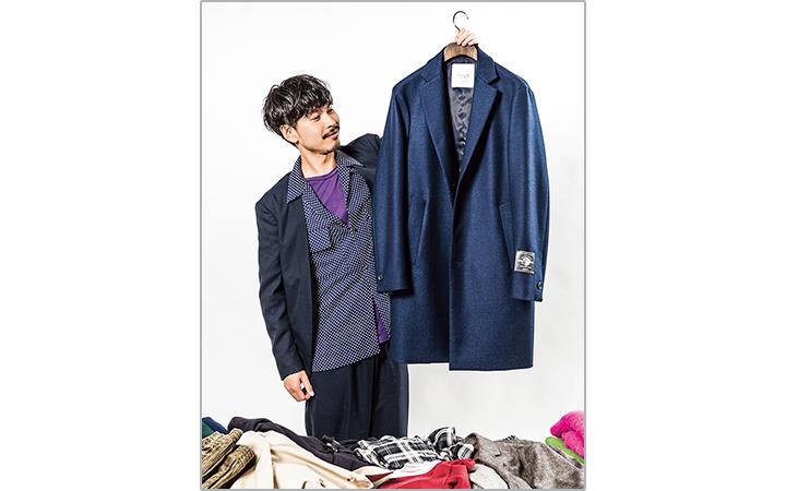 エディフィスのチェスターコートを持つ高津戸さん画像