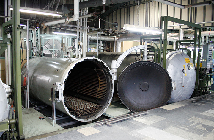 ヴァルカナイズ製法。アッパーとラバーソールを加硫釜によって、熱と圧力をかけて接着