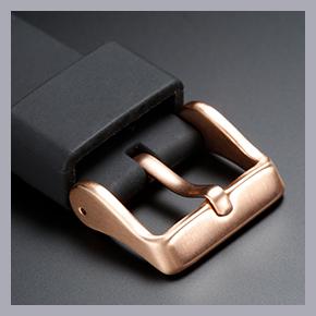 ネイビー文字盤のモデル(STBR008)は、ベゼルのエッジやリューズ、ラグなど金属パーツをすべてピンクゴールドカラーに。なんと尾錠までピンクゴールドカラーとするこだわりだ。これが独特の高級感を醸成するポイントに。