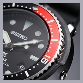 ラインナップには黒/赤ベゼルのモデル(STBR009)もあり。このように色を切り替えるのは、潜水時間やボンベの残量を把握するためのもので、ダイバーズの伝統ディテールだ。「ザ・ノース・フェイスのアイコンとなっている肩の切り替えデザインと同じで、ちゃんと意味があるんですね」(鰐渕さん)。