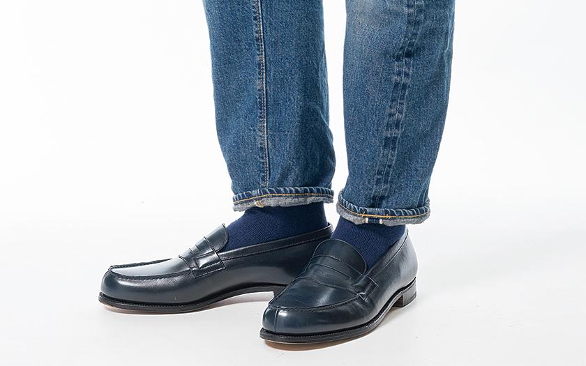 靴下とローファーもネイビートーンで統一