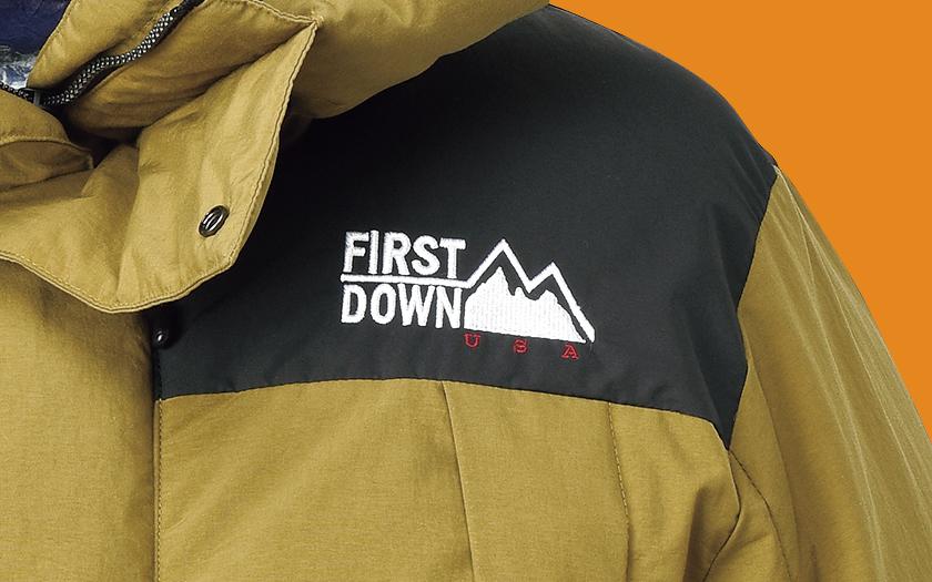 ファーストダウン×フリークス ストアのショートダウン ロゴ