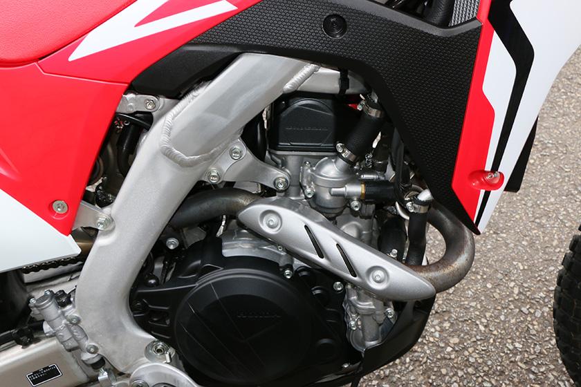 レース用の「CRF450R」と同じユニカム構造を採用し、鋭いレスポンスの「CRF450L」。