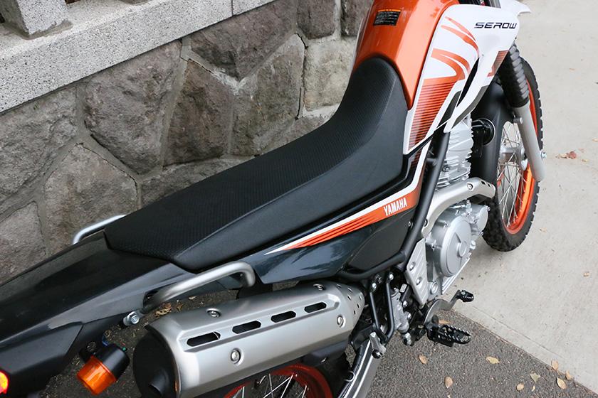 シート高が低いだけでなく、シートの幅も広くツーリングでも快適に座れる「セロー250」のシート。