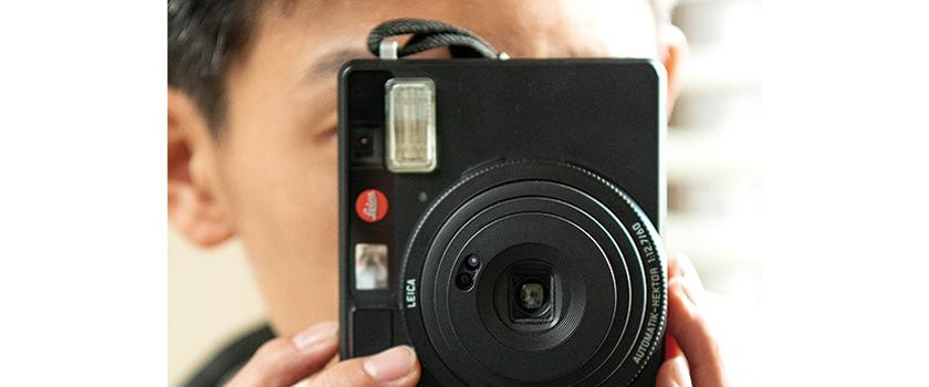 インスタントカメラの基本、フラッシュは上にして持つ