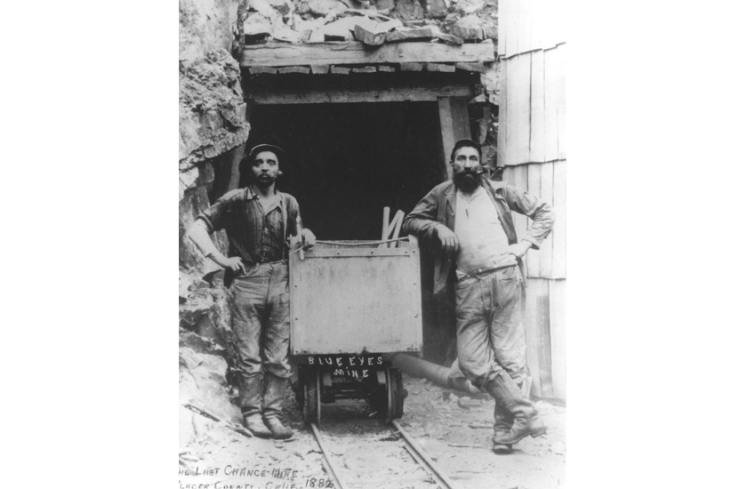ゴールドラッシュで金鉱を掘るワーカーの写真