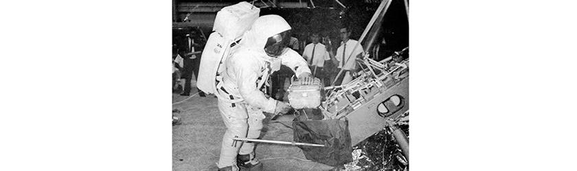 月面の石を持ち帰ったアポロ号の写真