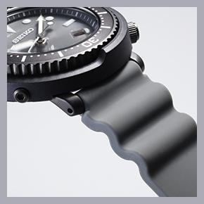 一部を蛇腹のようなデザインとし、ストレッチ性をもたせたストラップもセイコーダイバーズの伝統ディテール。じつはこれ、水圧でウェットスーツが収縮した場合に時計の脱落を防ぐための工夫なのだ。