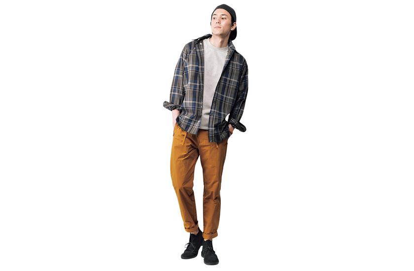 ワーク ノット ワークのTシャツ デザインポーズのパンツ クラークスのレザーシューズ モデル着用