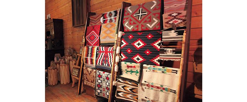 ナバホ伝統の手織りラグ