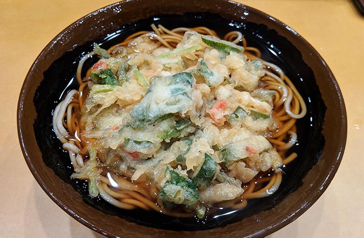 衣薄めの揚げたて天ぷらがうまい。つぼみ家の「ヘルシーおろしそば(ひやかけ)+野菜天盛り合わせ」【全国制覇!? 日本の立ち食いそば】