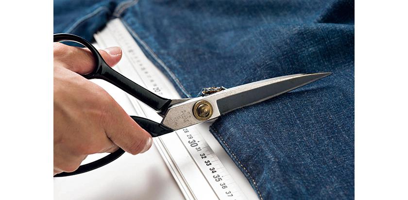 股下30cmを目安に、デニムの緯糸に平行になるように目印を入れ、その目印に沿って裁ちバサミでカットする