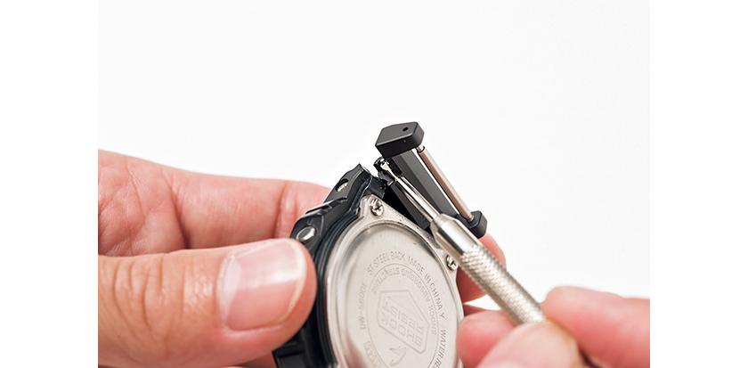 外したバネ棒をアダプターの穴に通し、バネ棒外しを使ってケースに取り付ける