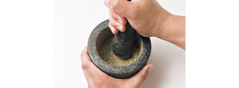 ①ドライローズマリーを潰して粉末状にする。お好みで他のハーブでも代用可。