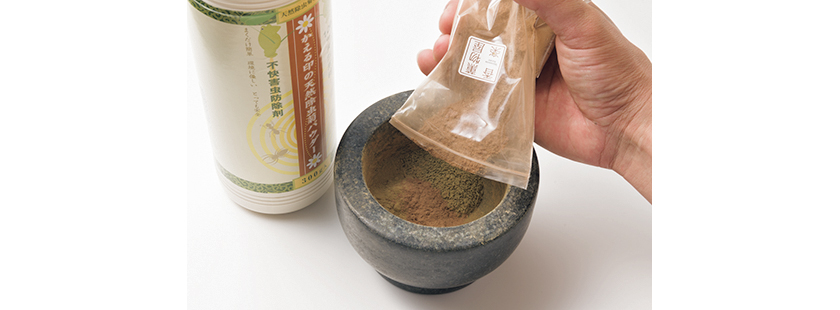 ③そこに除虫菊パウダーと香薬ブレンド椨を1:1の割合で入れ、乳鉢で混ぜる。