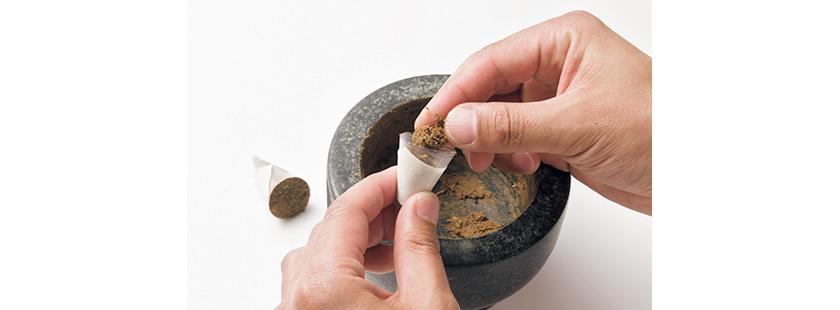 ⑤コーンタイプは、半円状にカットしたクリアファイルを円錐にして詰め込む。成型したら取り出して乾燥させる。