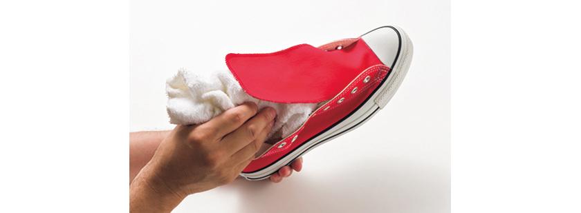 着用済みのモノはしっかり洗って汚れを落とし、シワにならないよう不要なタオルをシューズ内に詰める