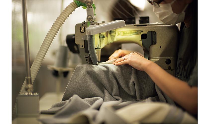 青森の丸和繊維工業にてユニオンスペシャルで縫製