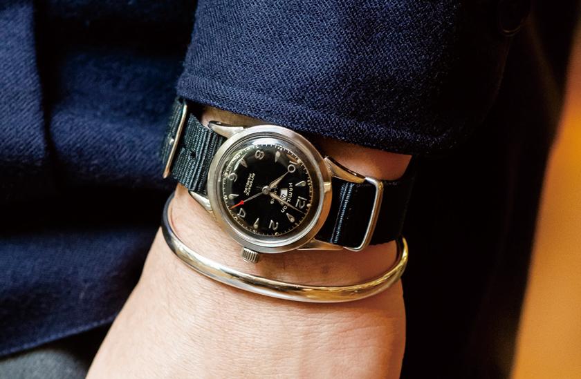 コーディスマヤのバングル 黒文字盤ミリタリー時計