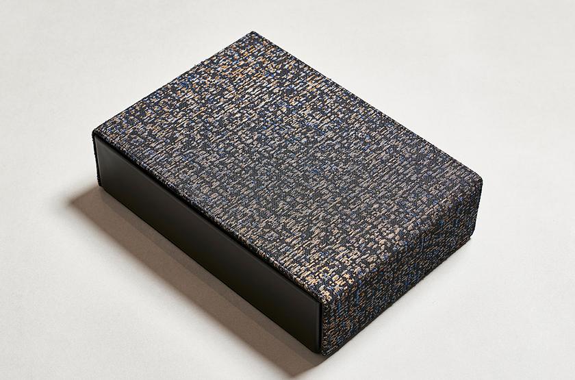 HOSOOとのコラボ眼鏡ケース コレクションBOX(4枚入り)3万3000円。